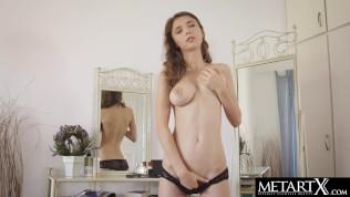 Красотка с идеальной грудью доводит себя до оргазма